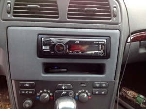 The installed JVC unit.